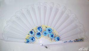 Abanico pintado a mano con detalles en azul