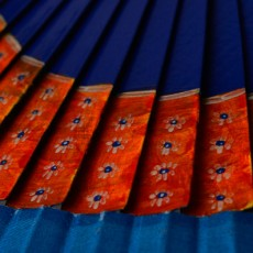 "Abanico azul decorado con un diseño exclusivo ""Olas"""
