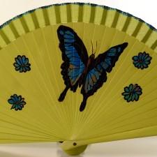 La mariposa delicada que mueve sus alas