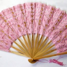 Abanico con encaje en rosa palo pintado a mano