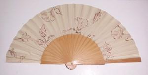 Abanico pintado a mano con diseño flores en sepia