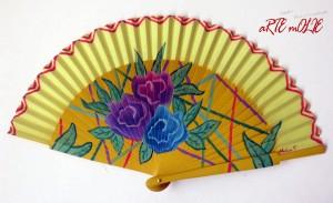 Abanico pintado a mano con un diseño colorido