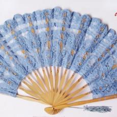 Abanico con encaje azul y detalles pintados