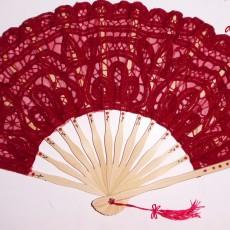 Abanico con encaje rojo pintado a mano
