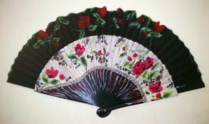 Abanico con un diseño de rosas y detalles