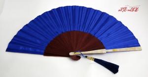 Abanico de madera de arce con nácar y seda en cobalto