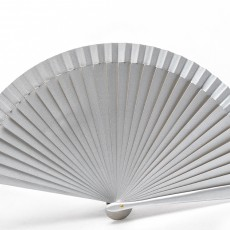 Abanico metalizado en color plata, ideal para boda